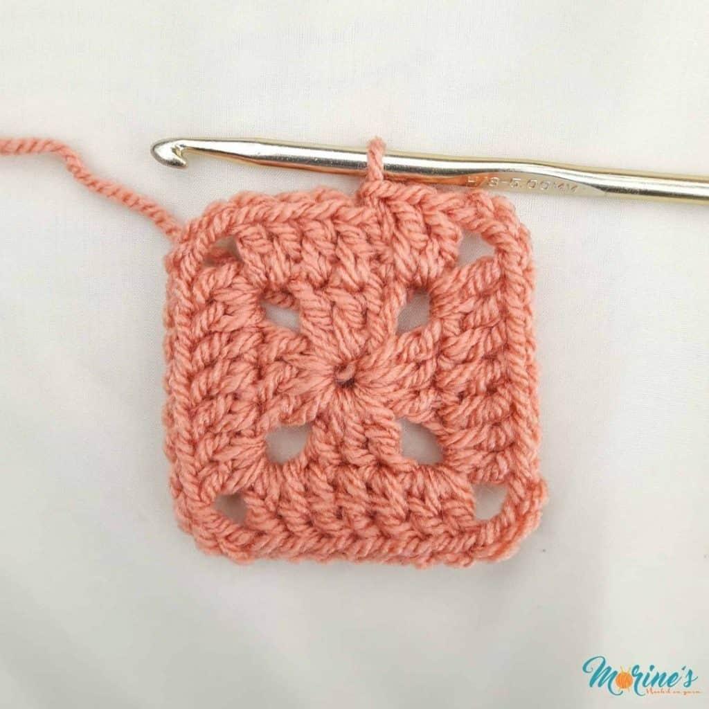 Crochet solid granny square row 2